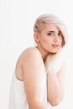 Pijnlijk blonde met mooie blauwe ogen stock afbeeldingen