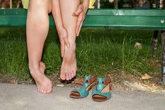 Pijnlijke benen en enkels stock afbeeldingen