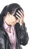 Pijnlijke Gekrenkte Jonge Vrouw die met Haar Hand bij Voorhoofd het Glimlachen glimlachen Stock Fotografie