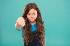 Pijnlijke stempel Het ernstige kind dreigen Stempel u in gezicht Einde intimidatiebeweging Meisje dat met vuist dreigt royalty-vrije stock fotografie