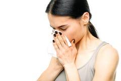 Pijnlijke vrouw met lopende neus, snot of griep stock foto