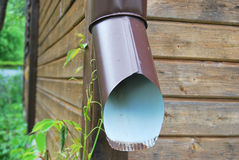 Pijp bruin voor drainage van regenwater royalty-vrije stock afbeeldingen