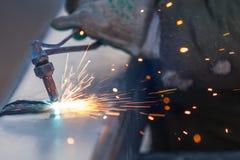 Pijp die van het arbeiders installeert de scherpe staal metaaltoorts gebruiken en kant van de weg stock afbeeldingen