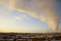Pijp met rook in de tijdtijdspanne van de de winterzonsopgang Royalty-vrije Stock Afbeeldingen