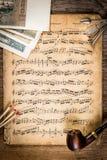Pijp, tabak, oude geld en nota's Royalty-vrije Stock Afbeeldingen