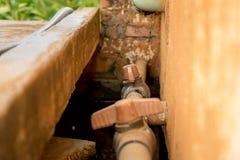 Pijp van close-up de Uitstekende Oude pvc met Rode Klep op Vuile Concrete Muur stock afbeelding