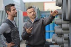 Pijp van de de pijpencirkel van het manager de dicussing aboout staal in fabriek royalty-vrije stock foto's