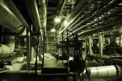 Pijpen binnen energieinstallatie Stock Foto's