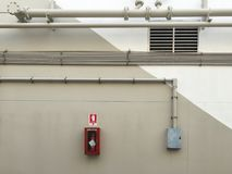 Pijpen en brandblusapparaten op de grijze klep stock afbeeldingen