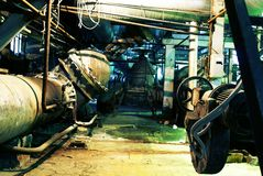 Pijpen en grote kleppen binnen verlaten fabriek Royalty-vrije Stock Fotografie
