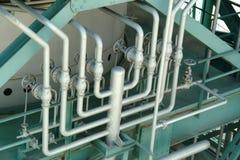 Pijpen en kleppen in industriële petrochemische fabriek Royalty-vrije Stock Afbeelding