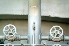 Pijpen en kleppen in industriële petrochemische fabriek Stock Afbeelding
