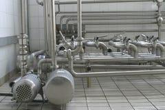 Pijpen en kleppen in moderne zuivelfabriek Stock Fotografie
