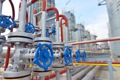 Pijpen en kleppen in petrochemische fabriek Stock Afbeeldingen