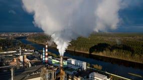 Pijpen met rook in een fabrieksgebouw Concept milieuvervuiling royalty-vrije stock foto