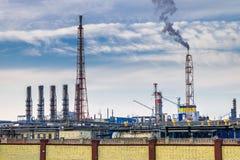Pijpen van een chemische ondernemingsinstallatie Luchtvervuilingsconcept Het industriële afval van de landschapsmilieuvervuiling  stock foto's