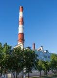 Pijpen van een thermische elektrische centrale in Oefa tegen de blauwe hemel stock foto