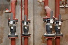Pijpen van warm waterlevering op de technische vloer stock afbeelding