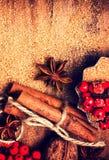 Pijpjes kaneel, Bruine suiker en anijsplantster en op houten lijst Stock Foto's