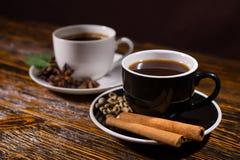 Pijpjes kaneel in de schotel van de koffiekop op lijst Royalty-vrije Stock Foto's