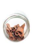 Pijpjes kaneel in een kruik op een witte achtergrond Royalty-vrije Stock Fotografie