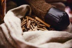Pijpjes kaneel in een stoffenzak Royalty-vrije Stock Fotografie