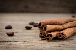Pijpjes kaneel en koffiebonen op oude rustieke achtergrond, overzees Royalty-vrije Stock Foto's