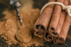 Pijpjes kaneel en poeder op rustieke houten Raad Royalty-vrije Stock Foto