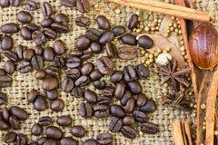 Pijpjes kaneel en van koffiebonen close-up op zak Royalty-vrije Stock Fotografie