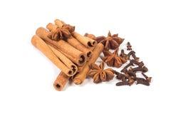 Pijpjes kaneel met anijsplantsterren en droge kruidnagels Stock Foto's