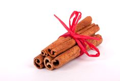Pijpjes kaneel met rood lint stock fotografie