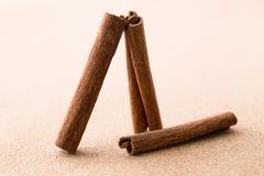 Pijpjes kaneel op corkwoodachtergrond Stock Afbeeldingen