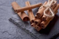 Pijpjes kaneel op een steenachtergrond royalty-vrije stock foto's