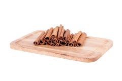 Pijpjes kaneel op houten achtergrond Royalty-vrije Stock Foto's
