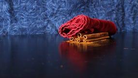 Pijpjes kaneel & Poeder op Blauwe Achtergrond Stock Afbeeldingen