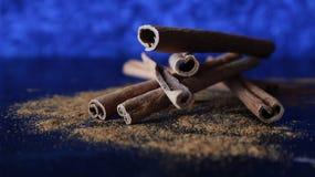 Pijpjes kaneel & Poeder op Blauwe Achtergrond Royalty-vrije Stock Foto