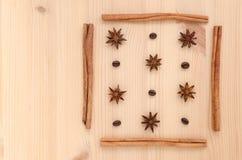 Pijpjes kaneel, steranijsplant en koffiebonenopstelling op houten B Royalty-vrije Stock Fotografie