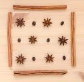 Pijpjes kaneel, steranijsplant en koffiebonenopstelling op houten B Stock Foto's