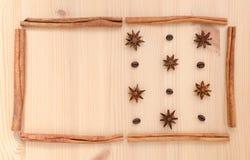 Pijpjes kaneel, steranijsplant en koffiebonenopstelling op houten B Royalty-vrije Stock Foto's