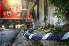 Pijpleiding aan het water van de brandvrachtwagen Royalty-vrije Stock Foto's