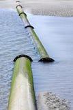 Pijpleiding op strand, gebroken verbinding Royalty-vrije Stock Foto's