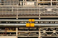 Pijpleidingen van Raffinaderijfabriek en isolatie bij industriezone stock afbeelding