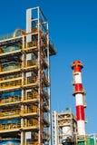 Pijpleidingen van Raffinaderijfabriek en isolatie bij industriezone stock foto