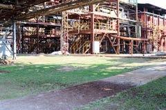 Pijpleidingsviaduct met ijzer bruine pijpen voor het pompen van vloeistof bij een olieraffinaderij, chemische petrochemische stof stock foto's