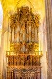 Pijporgaan binnen de Kathedraal van Sevilla en het de klokslepen van La Giralda stock foto