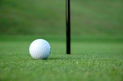 piłka golfa green Obrazy Royalty Free