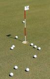 Piłka golfowa na praktyki zieleni Fotografia Royalty Free