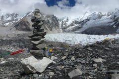 Pika (opgestapelde stenen) met gebedvlaggen bij EBC, Everest-trek van het Basiskamp, Nepal stock foto