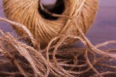 Piłka sznurek na drewnianym tle Obrazy Stock