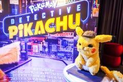 Pikachu ModelWith een mooie rechtopstaande reiziger van een film riep Pokémon-de vertoning die van DetectivePikachu bij bioskoop stock afbeeldingen
